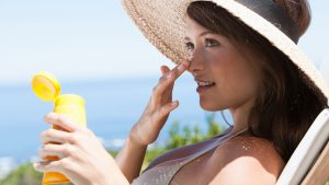 woman-applying-sunscreen_uq7esa